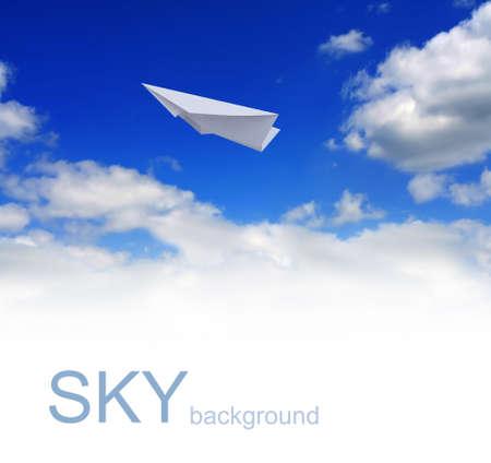 papierflugzeug: Papierflieger in blauer Himmel  Lizenzfreie Bilder