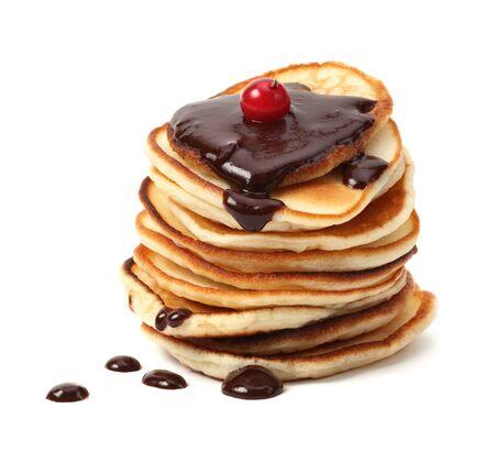 palatschinken: Stapel von Pfannkuchen mit Schokoladensauce