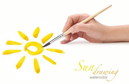 Hand mit Pinsel Zeichnung Sonne, isoliert