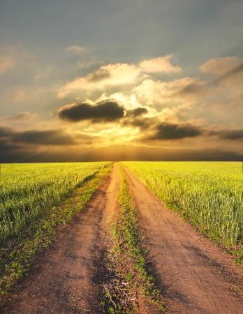 cielo tormenta: paisaje rural con un camino Foto de archivo