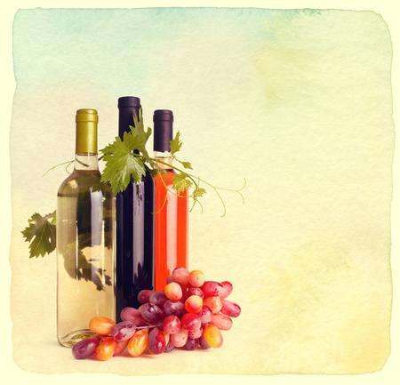 copa de vino: Botellas de vino y uvas. Estilo retro de la vendimia. Papel con textura.