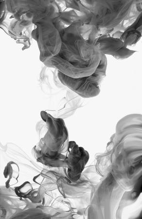 アクリル絵の具と水でインク。抽象的な背景。白で隔離。