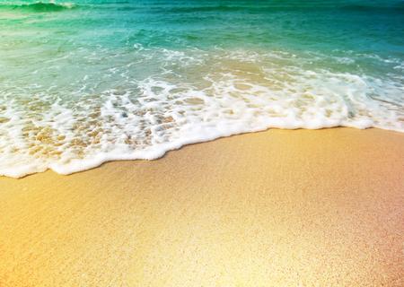 vacaciones en la playa: Ola de agua de mar y arena Foto de archivo