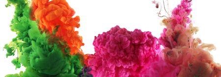 Couleurs acryliques et encre à l'eau. Abstrait. Isolé sur blanc. Bannière horizontale. Ton orange et violet.