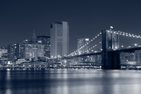 Brooklyn Bridge. Imagen del puente de Brooklyn con el horizonte de Manhattan en el fondo. photo