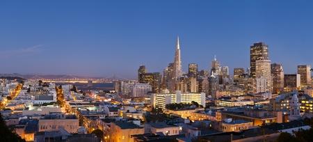 샌프란시스코: 샌프란시스코. 황혼에서 베이 브릿지와 샌프란시스코의 스카이 라인의 이미지.