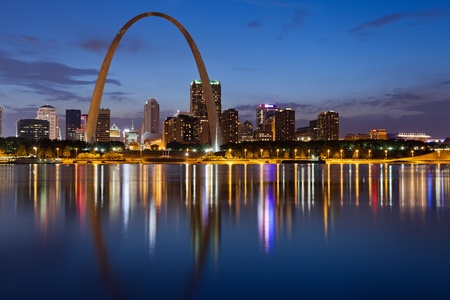 st louis: City of St  Louis skyline  Image of St  Louis downtown with Gateway Arch at twilight