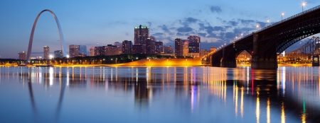 City of St. Louis Skyline. Panorama-Bild von St. Louis Innenstadt mit Gateway Arch in der Dämmerung. Editorial