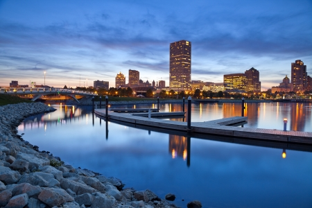 Miasto Milwaukee panoramę Wizerunku Milwaukee panoramę o zmierzchu z odbicia miasta w jeziorze Michigan i portu molo Zdjęcie Seryjne