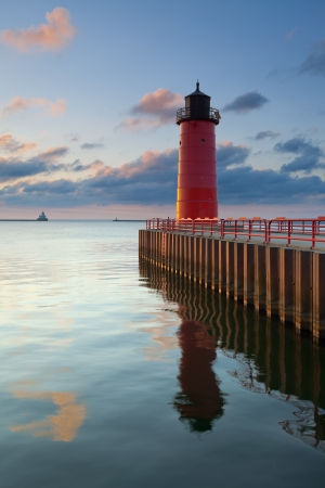 lake michigan lighthouse: Milwaukee Faro de la imagen del Faro de Milwaukee en la salida del sol