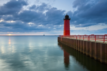 lake michigan lighthouse: Milwaukee Faro. Imagen del Faro de Milwaukee en la salida del sol.