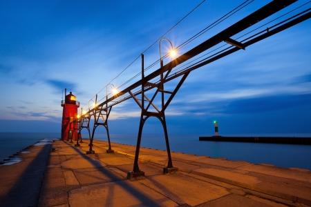 lake michigan lighthouse: South Haven Faro imagen de larga exposición del faro de South Haven en el crepúsculo Foto de archivo