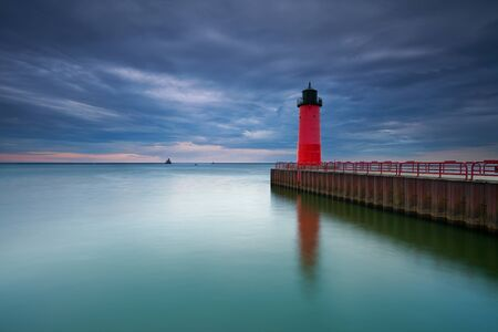 lake michigan lighthouse: Milwaukee Faro de la imagen del Faro de Milwaukee al atardecer Foto de archivo