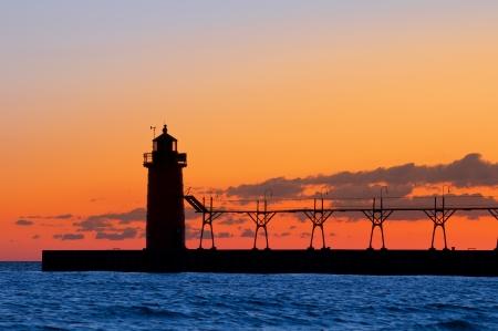 lake michigan lighthouse: Faro de silueta. Imagen de la silueta del faro al atardecer. Foto de archivo