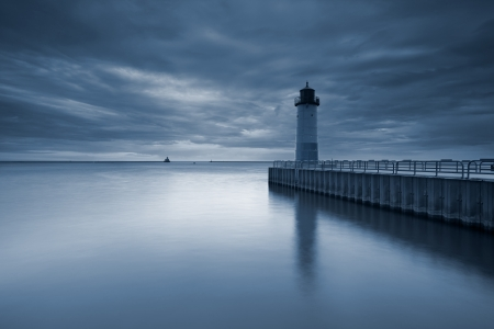 lake michigan lighthouse: Milwaukee Faro. Imagen virada del faro de Milwaukee al atardecer.