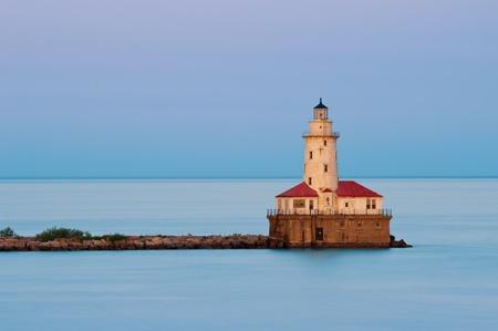 lake michigan lighthouse: Chicago Harbor Light. Imagen del faro de Chicago al atardecer.