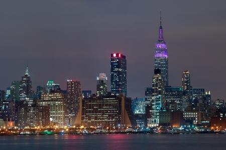 Manhattan, New York City. Skyline von Manhattan von New Jersey in der Nacht gesehen.