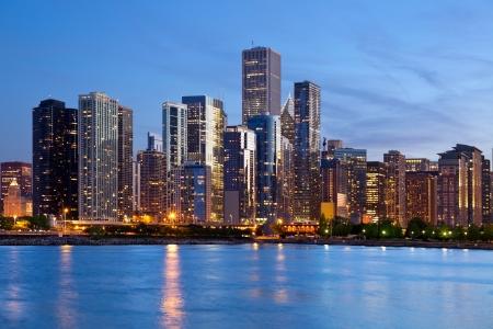 シカゴのスカイライン。夕暮れ時にシカゴのダウンタウンのスカイラインのイメージ。