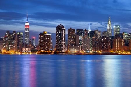 맨해튼의 스카이 라인. 맨해튼의 스카이 라인의 이미지 황혼에서 퀸즈에서 볼.