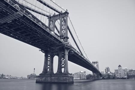 puente: Puente de Manhattan, Nueva York. Imagen del Puente de Manhattan con Brooklyn horizonte en el fondo.