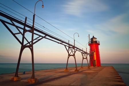 lake michigan lighthouse: South Haven Faro imagen de larga exposición del faro de South Haven al amanecer Foto de archivo