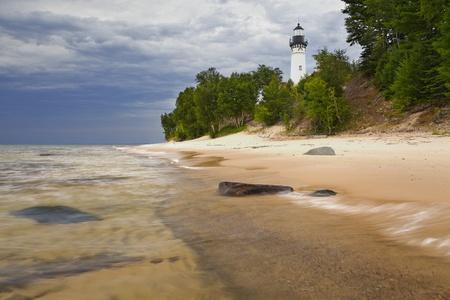 lake michigan lighthouse: Au Sable Faro de imagen del faro de Au Sable en Pictured Rock Nacional Lakeshore, Michigan, EE.UU.