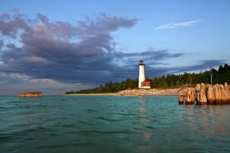 lake michigan lighthouse: Crisp Point Lighthouse. Imagen de la Crisp Point Lighthouse at sunset.