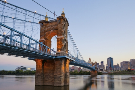 Cincinnati. Image of Cincinnati and John A. Roebling suspension bridge at twilight. Banco de Imagens - 15195881