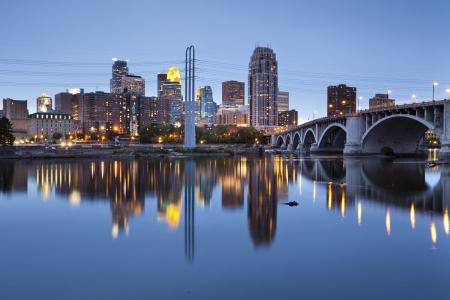 nacht: Minneapolis. Foto von Minneapolis Innenstadt in der Dämmerung.