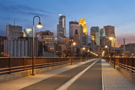 Minneapolis. Image of Minneapolis Skyline von Stone Arch Bridge bei Sonnenuntergang.