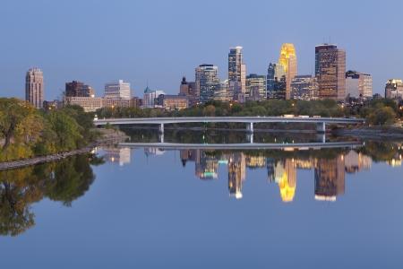 Minneapolis. Image of Minneapolis Skyline der Innenstadt in der Dämmerung. Editorial