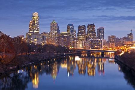 필라델피아: 필라델피아. 황혼 블루 시간 필라델피아 스카이 라인의 이미지입니다. 스톡 사진