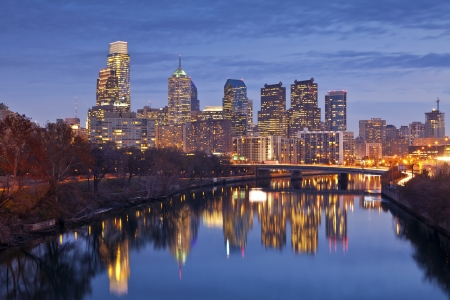 Philadelphia. Bild von der Skyline von Philadelphia in der Dämmerung blauen Stunde.