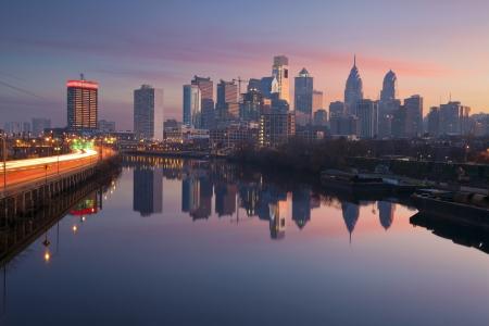 City of Philadelphia. Bild Skyline von Philadelphia in einem Morgennebel, Schuylkill River und viel befahrenen Autobahn führend in der Stadt während des Sonnenaufgangs.