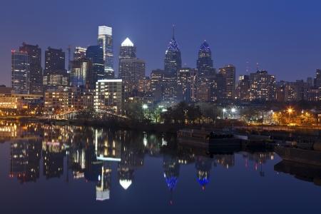 필라델피아: Philadelphia Skyline. Image of Philadelphia skyline with reflection of the city in the Schuylkill River.