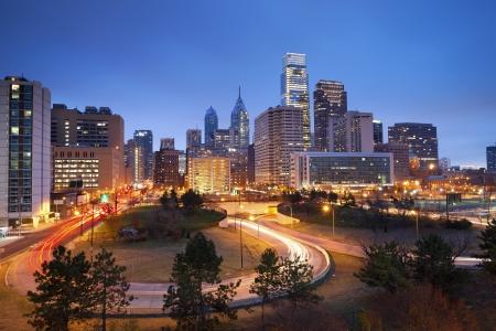 필라델피아: 필라델피아. 황혼 블루 시간 동안 필라델피아 스카이 라인과 바쁜 도로의 이미지. 스톡 사진