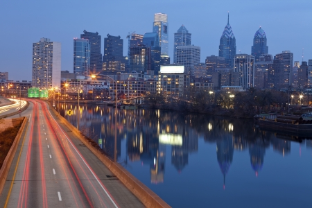 필라델피아: 필라델피아의 도시입니다. 필라델피아 스카이 라인, SCHUYLKILL 강 일몰 동안 도시에있는 선도하는 바쁜 고속도로의 이미지.