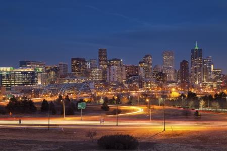 Denver Skyline. Bild von Denver Skyline und viel befahrenen Autobahn im Vordergrund.