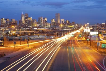Denver. Bild von Denver und eine belebte Straße mit Verkehr in die Stadt führen. Lizenzfreie Bilder