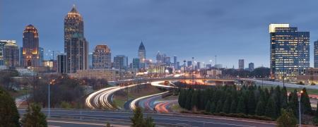 Atlanta. Panorama-Bild von Atlanta Skyline bei Dämmerung.