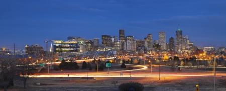 Denver Skyline. Panorama-Bild von Denver Skyline und viel befahrenen Autobahn im Vordergrund.