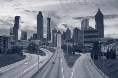 Atlanta. Getönten Bild von Atlanta Skyline und Autobahn in die Stadt führen.