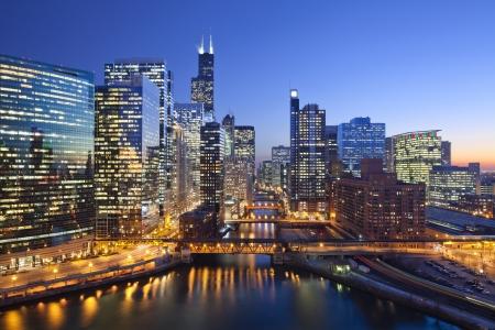시카고의 도시. 일몰 동안 다리와 시카고 다운타운 시카고 리버의 이미지. 스톡 콘텐츠