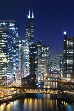 Chicago bei Nacht. Image of Chicago-Fluss mit Brücken in der Nacht. Lizenzfreie Bilder