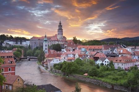 Cesky Kromlov, Tschechische Republik. Bild von Cesky Krumlov, Tschechische Republik im Süden während des Sonnenuntergangs entfernt.