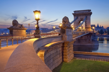 Kettenbrücke, Budapest Foto von der Kettenbrücke in Budapest bei Sonnenaufgang Standard-Bild - 21137350