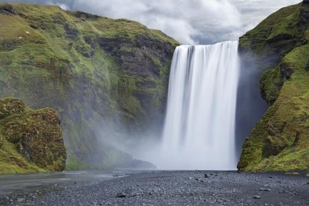 Skogafoss, Island Langzeitbelichtung von berühmten Wasserfall Skogafoss im Süden Islands Standard-Bild - 22005436