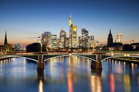 Frankfurt am Main Image auf die Frankfurter Skyline bei Sonnenuntergang blaue Stunde