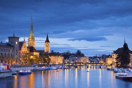 Zurich Foto von Zürich in der Dämmerung blauen Stunde Lizenzfreie Bilder