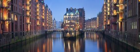 Speicherstadt Hamburg Panorama-Bild von Hamburg-Speicherstadt in der Dämmerung blaue Stunde